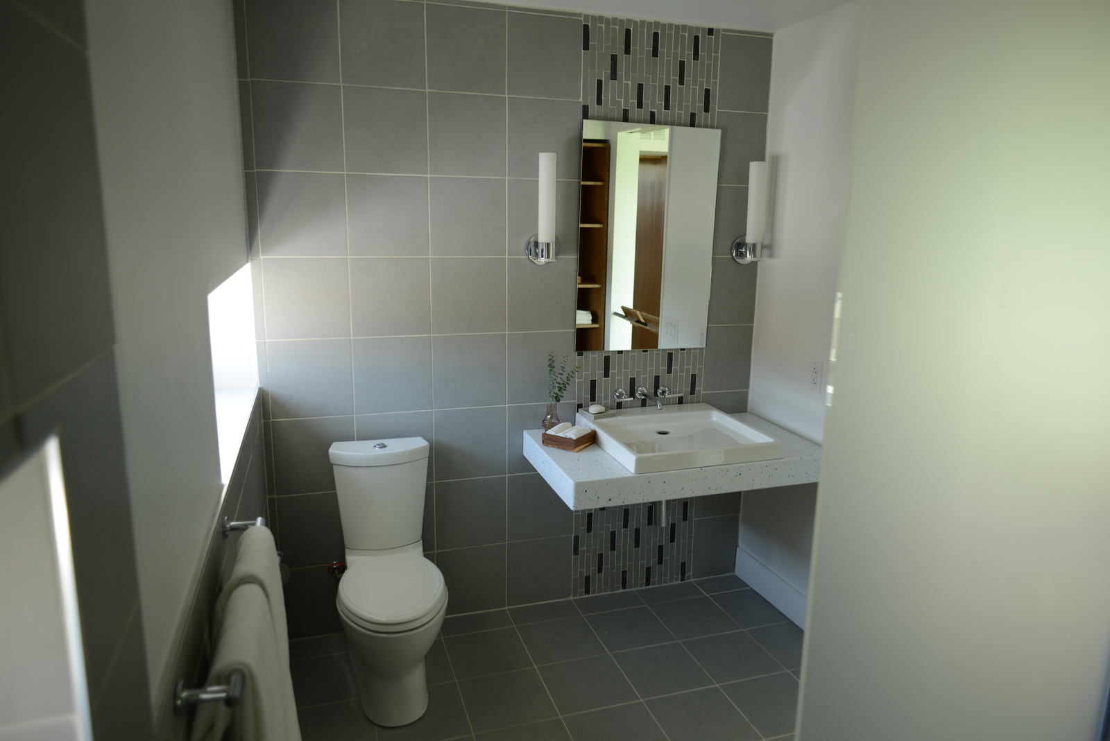 How to decorate small bathrooms for Small bathroom decorating themes