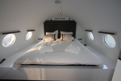 airplanes-transformed-into-hotels-hotelsuite7