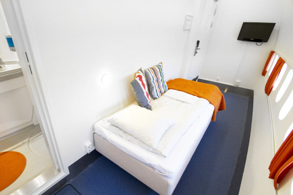 airplanes-transformed-into-hotels-jumbohostel4